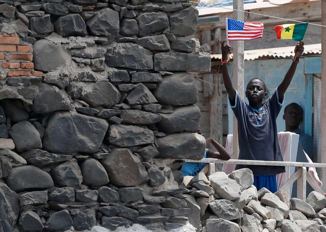 En pojke på Gorée viftade med flaggor i anslutning till att USA:s förre president Barack Obama besökte ön 2013.