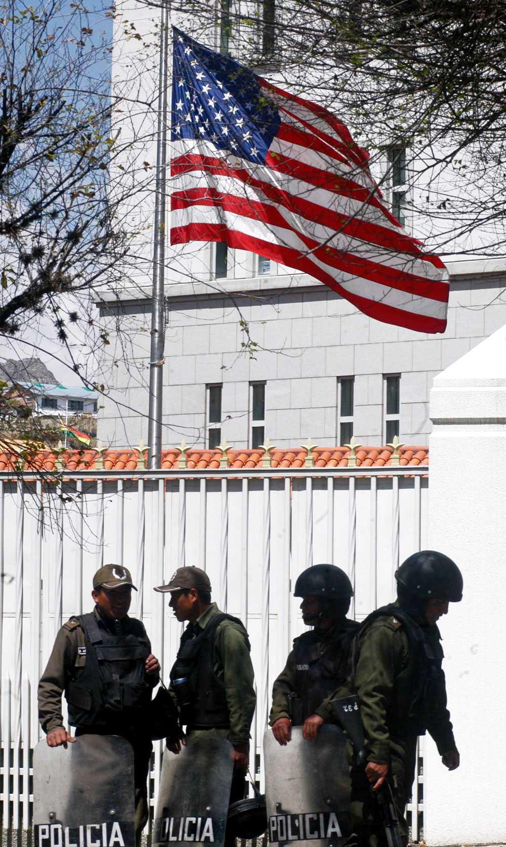Polisen vaktar Efter att president Evo Morales förklarade USA:s ambassadör Philip Goldberg persona non grata, vaktas den amerikanska ambassaden i La Paz av polisen.