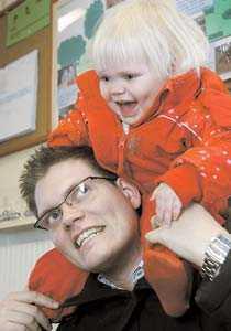 Jonas Hellberg tror att hans långa pappaledighet bidrog till att ge honom och Klara fin kontakt.