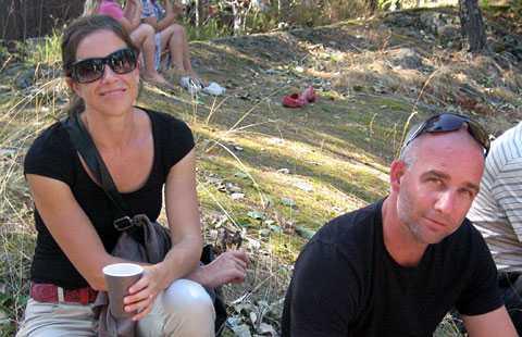 Gifta paret Åsa och Johan Korpås träffades i Australien när de båda hade problem med en konservburk anpassad för högerhänta. Nu är de gifta och bor i Alingsås.