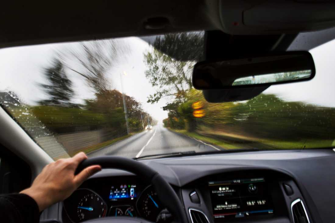Akrivbild på förare i bil.