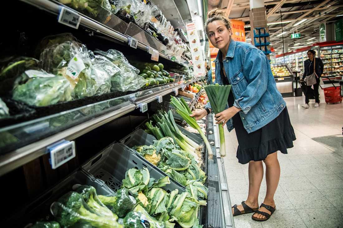 Är grönsakerna för dyra?– Ja, det är de. Jag har koll när det är extrapris, och handlar efter säsong. Annars kan det bli dyrt. Zucchini och paprika brukar vara dyra, säger Kim Engström, 29, ekonom, Stockholm.