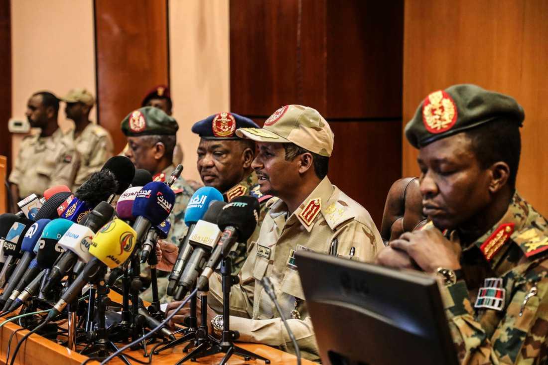 Militärrådet håller presskonferens i Sudan.