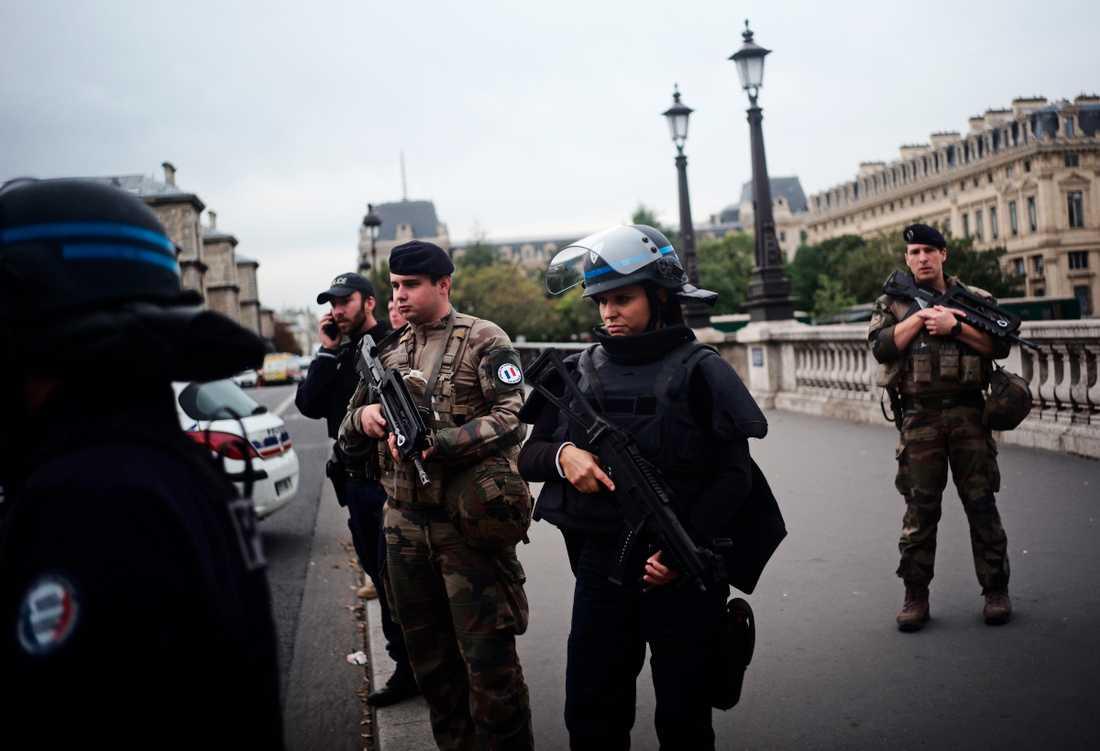 En knivman gick till attack inne i en polisstation i centrala Paris. Minst fyra poliser ska ha dödats i attacken, rapporterar franska medier.