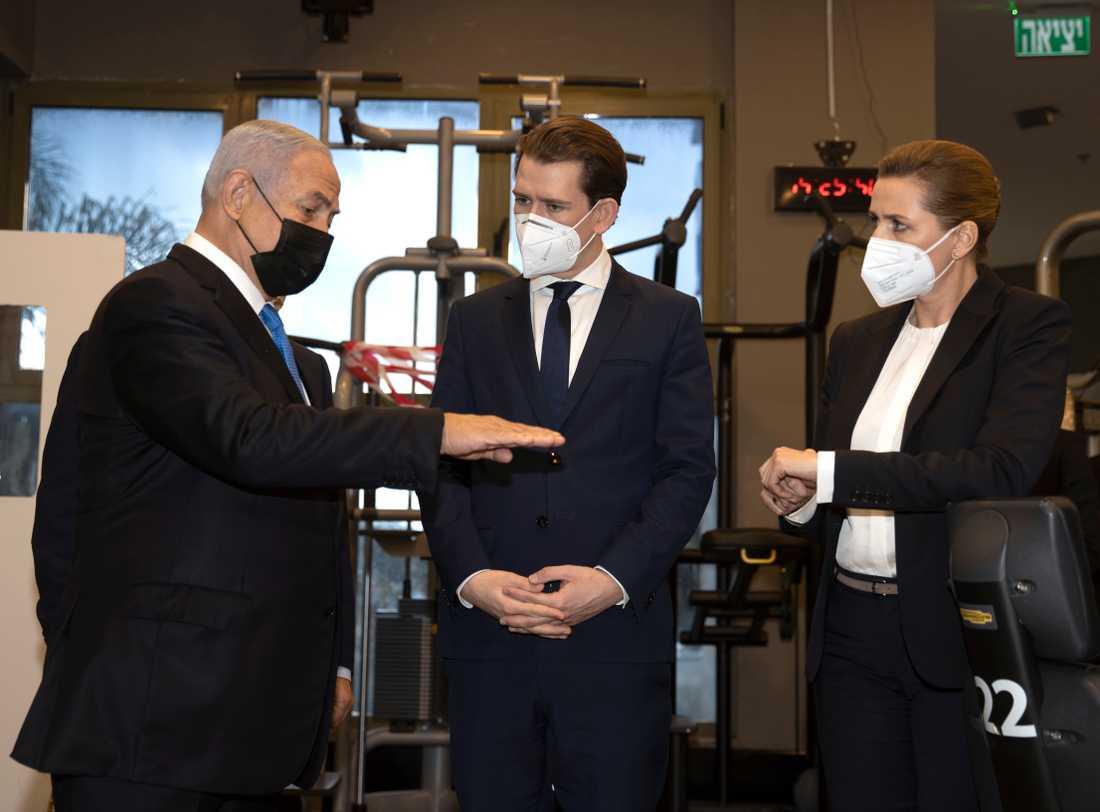 Israels premiärminister Benjamin Netanyahu, till vänster, tog emot Österrikes förbundskansler Sebastian Kurz och Danmarks statsminister Mette Frederiksen på torsdagen. De tre kom överens om vaccinsatsa mot covid-19 gemensamt.