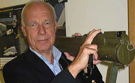 Gardermoens informationschef Jo Kobro poserar med ett raketgevär som en flygpassagerare ville ta med som handbagage...