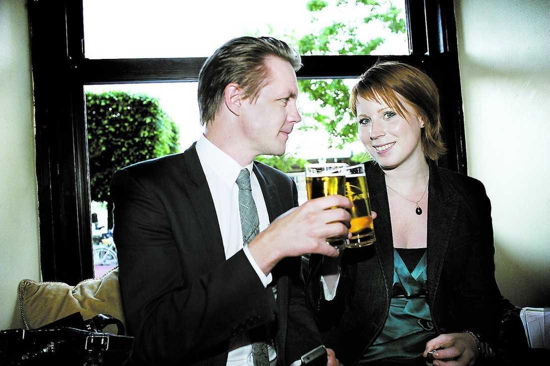 """SKÅL """"Jag känner mig oerhört glad och stolt"""", sa Annie Johansson när hon och Fredrick Federley firade segern i går kväll på en restaurang i Gamla stan."""