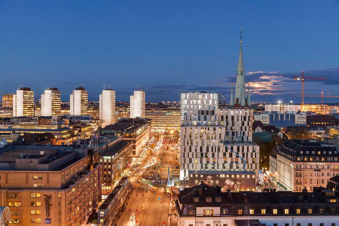Det nya huset byggs färdigt just nu mellan Klara kyrka och Centralstationen.