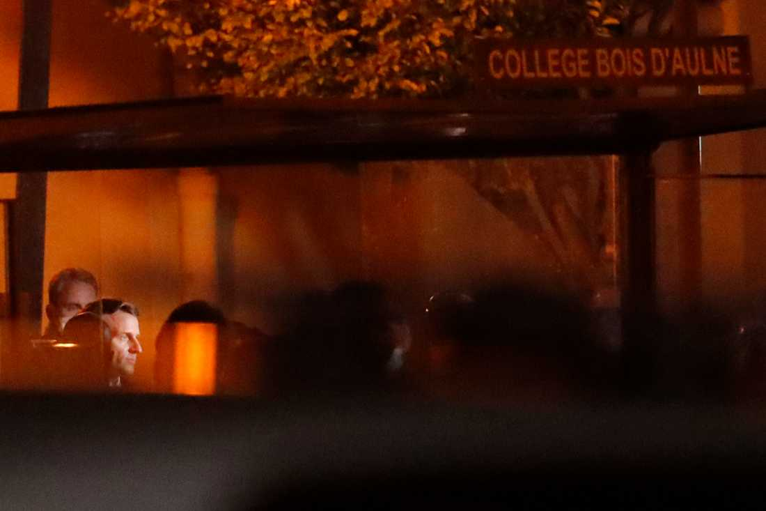 Frankrikes president Emmanuel Macron på plats utanför högstadieskolan Bois-d'Aulne efter att historieläraren mördats.