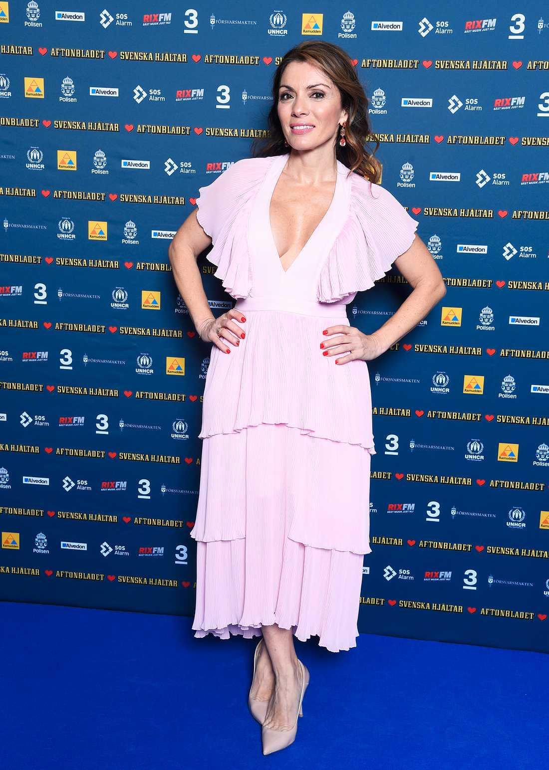 Alexandra Pascalidou valde rosa volanger kvällen till ära.
