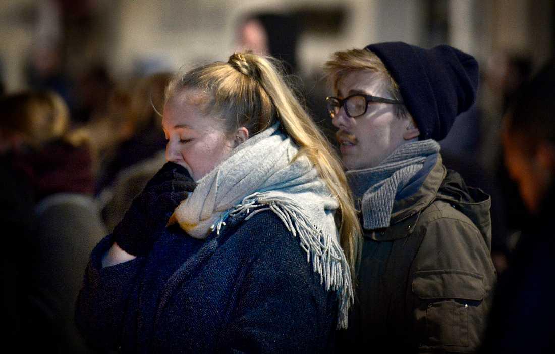 Människor samlade utanför synagogan i Köpenhamn där en människa sköts till döds.