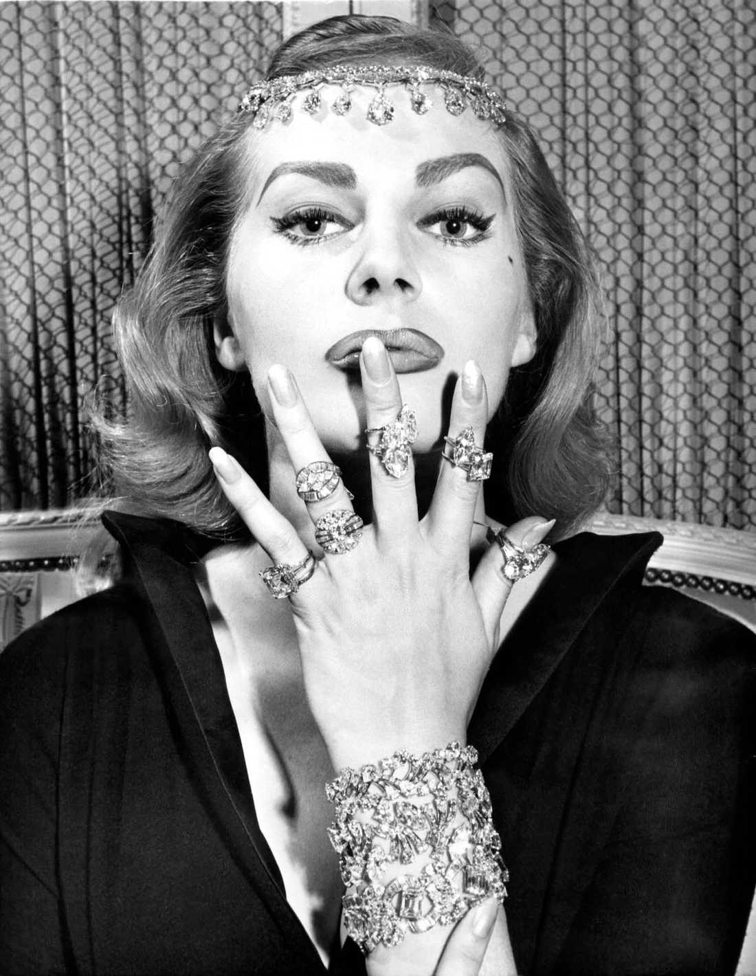 Anita Ekberg med Cartierjuvel 19 November 1956.