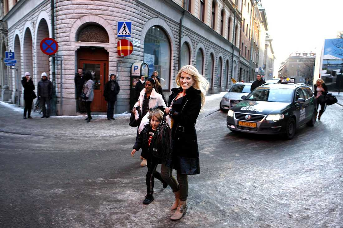 Laila Bagge anländer till kyrkan med sonen William.