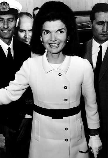 Få politiska kvinnor har skapat trender och uppmärksammats mer för sin stil än Jackie Kennedy Onassis. Genom hennes strikta stil, lilla svarta klänningar, dräkter och stora glasögon räcker det numera att säga JackieO-stil för att alla ska förstå vad man menar.