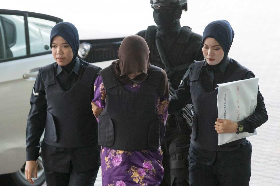 Vietnamesiska Doan Thi Huong, i mitten, förs in i rättssalen i Malaysia i december 2018. Nu återupptas rättegången mot henne. Arkivbild.