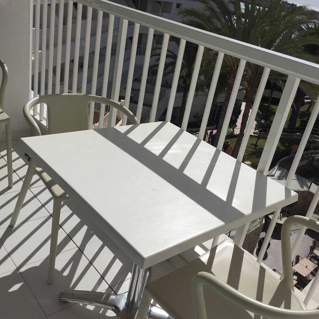 Det var en sådan här balkong som flickan ramlade ner ifrån.