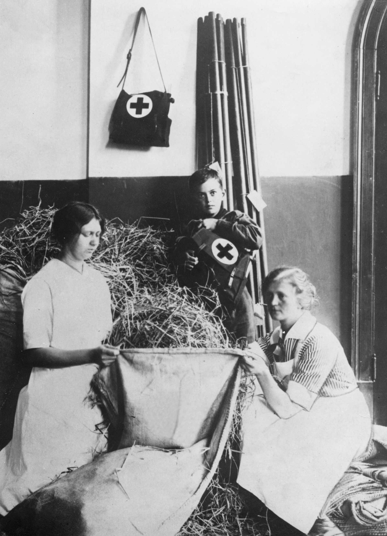 1918. Nya sjukhussängar förbereds i Stockholm inför den stora anstormningen av patienter med spanska sjukan.