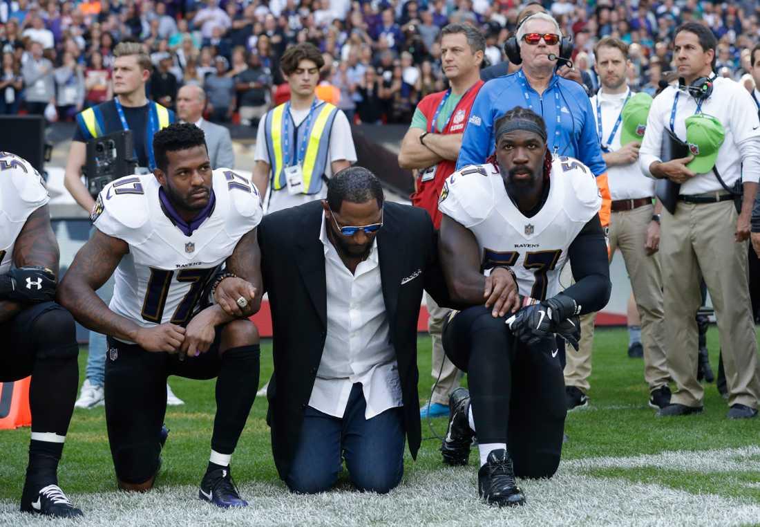 Före detta NFL-spelaren och Ravens-legendaren Ray Lewis också på knä.