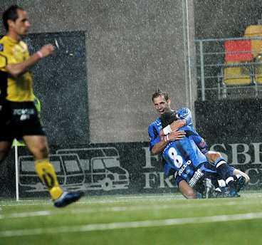 TAKTIK- BYTE Sören Larsen skjuter vinstmålet borta mot Elfsborg den andra maj. Efter underläge i första halvlek, bytte de spelsystem - och vann matchen.