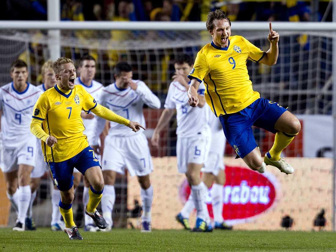 Kim Källström slog till med en frisparkskanon i 3-2-seger mot Holland på Råsunda 2011. Målet i EM-kvalet till Ukraina röstades senare fram som Årets Mål vid Svenska Fotbollsgalan. Foto: Niclas Hammarström.