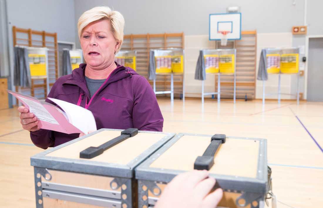 Finansminister Siv Jensen från Fremskrittspartiet röstar i Oslo.