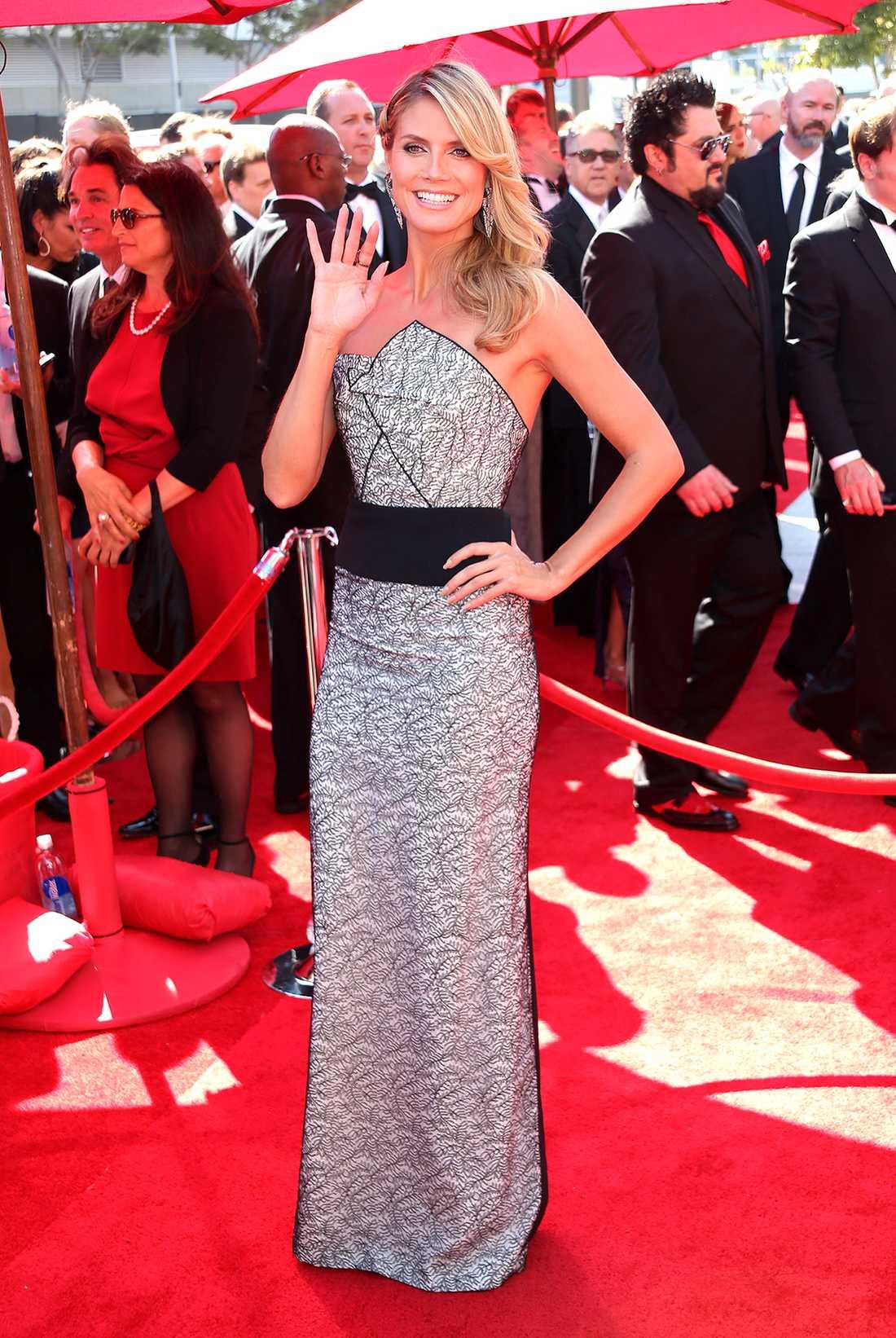 Heidi Klum Heidi Klum gjorde Malin Åkerman sällskap på röda mattan och valde en vacker blåsa av Roland Mouret till sitt utsläppta svall.