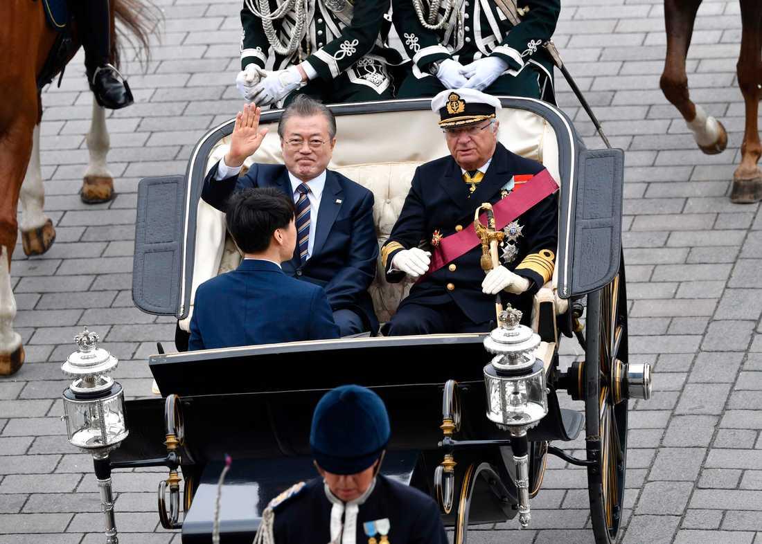 Kung Carl Gustaf och Sydkoreas president Moon Jae-In åker kortege genom Stockholm. Sydkoreas presidentpar är på ett två dagar långt statsbesök i Sverige