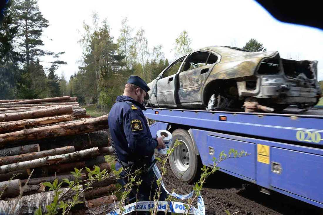 Den utbrunna bilen hämtades med bärgningsbil på söndagseftermiddagen.