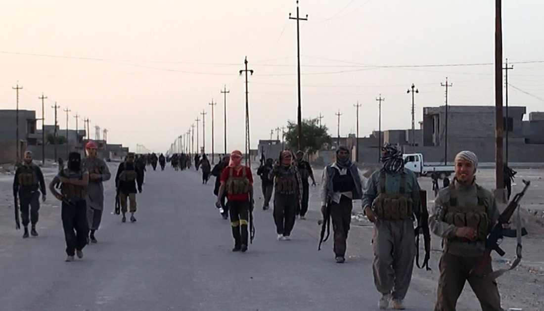 Isis-män i Samarra i norra Irak. Sedan de tog kontroll över de stora landområdena i norra Irak och Syrien kallar de sig IS, Islamiska staten.