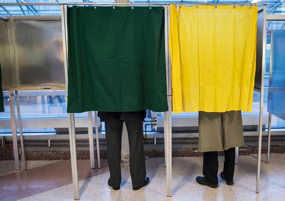 Stefan Löfven och Ingvar Carlsson förtidsröstar inför EU-valet 2014.
