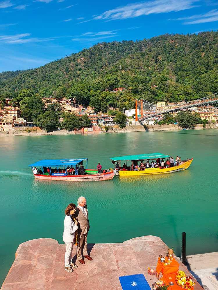 """""""Den här delen av Indien är väldigt vacker"""", sade Kungen under besöket vid Ganges."""