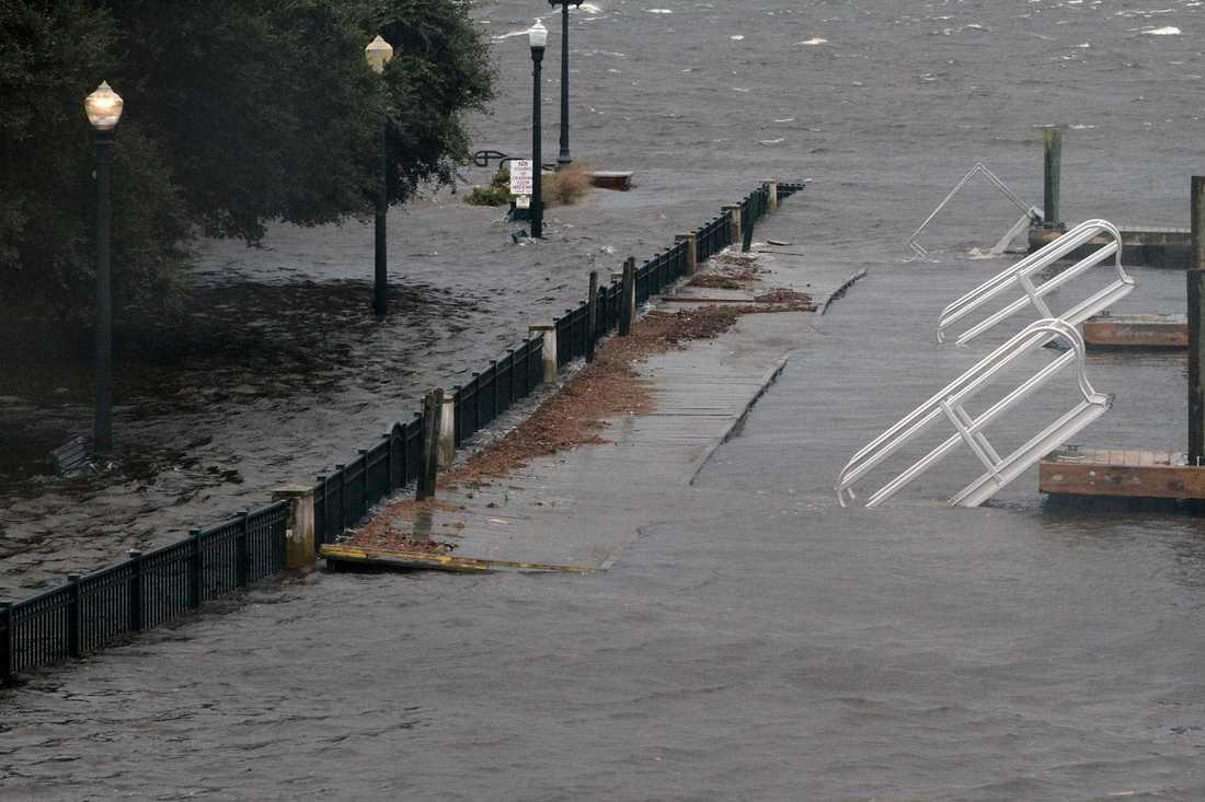En park i New Bern ligger under vatten sedan floderna som omgärdar staden har svämmats över.