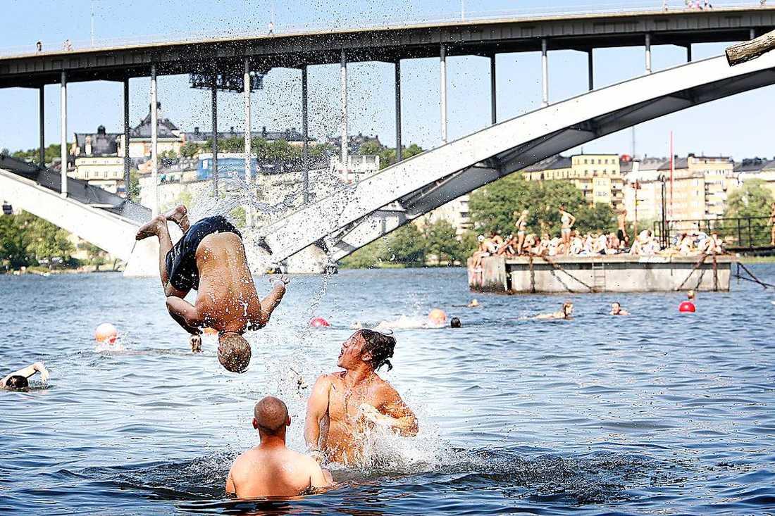 Sverige är ett land med många badplatser. Men i år har rekordmånga drunknat - och de som lever farligast tror inte själva att de tillhör en riskgrupp.
