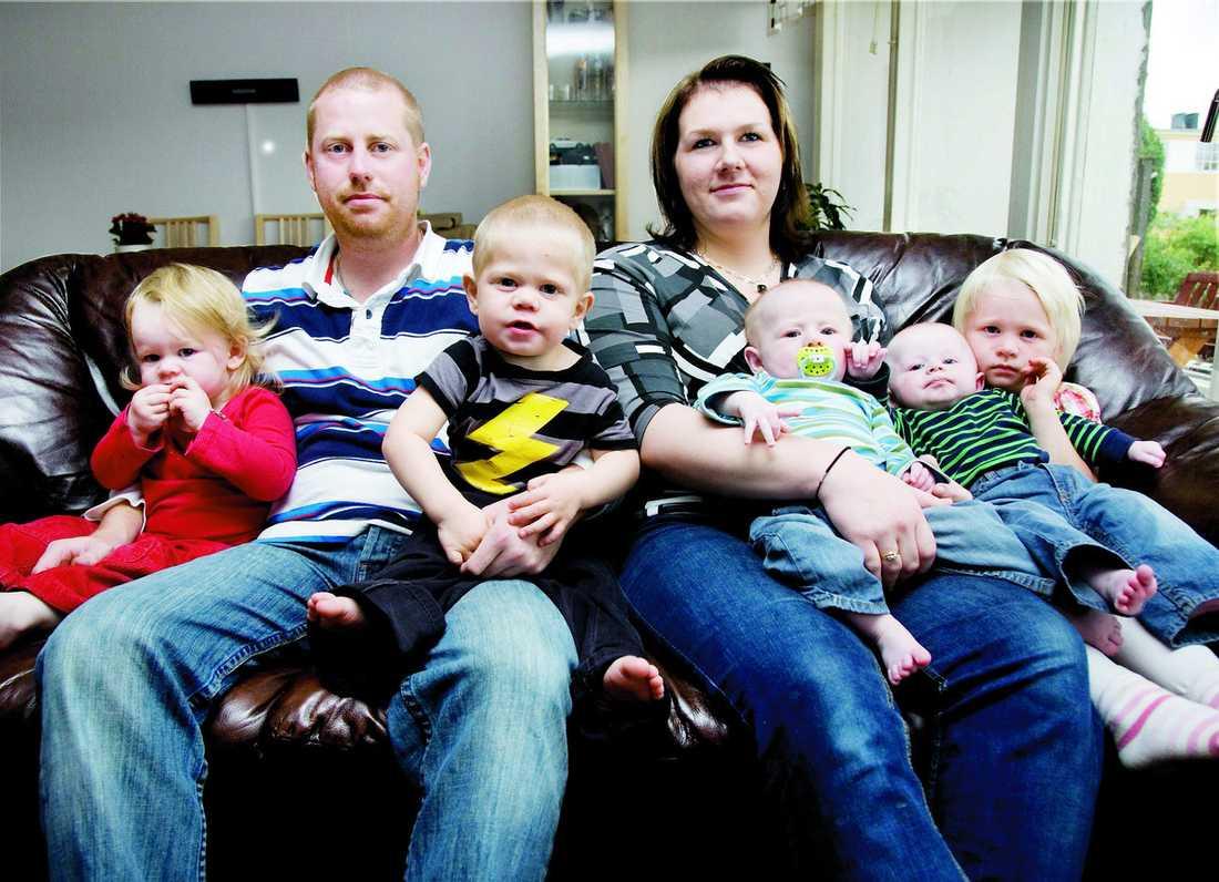 Fredrik och Johanna med sina barn Jennifer, Emil, Albin, Anton och Matilda.
