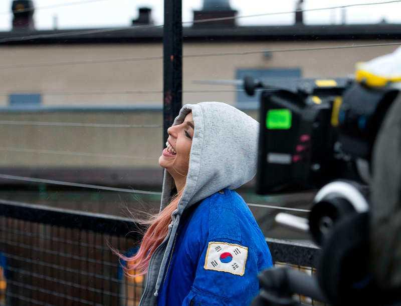 """Nöjesbladet hängde med Alina när hon spelade in musikvideon till nya singeln """"Jag svär"""" på Södermalm i Stockholm."""