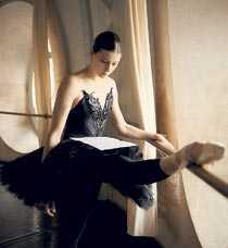 """Fini Stjärndansaren Marie-Agnès Gillot från Parisoperan tolkar dumpningsbrevet i verket """"Take care of yourself""""."""