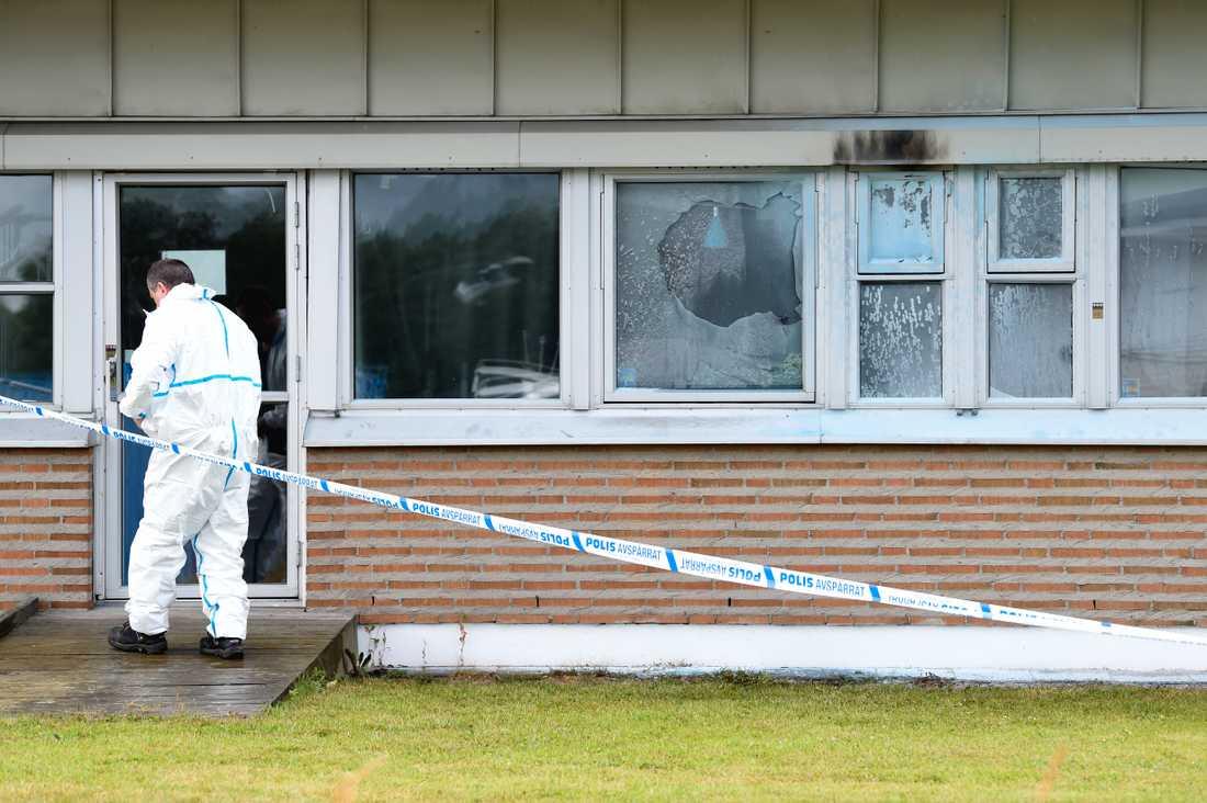 Polisens tekniker undersöker platsen där en eller flera personer kastat flaskor med brännbar vätska mot ett HVB-hem på Värmdö utanför Stockholm.