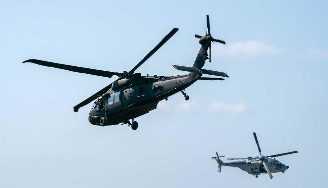 Flygvapnets HKP14 (Helikopter 14) flankerar en HKP16 (Helikopter 16) under en stridsuppvisning vid en flygdag på F17 i Kallinge. Arkivbild.