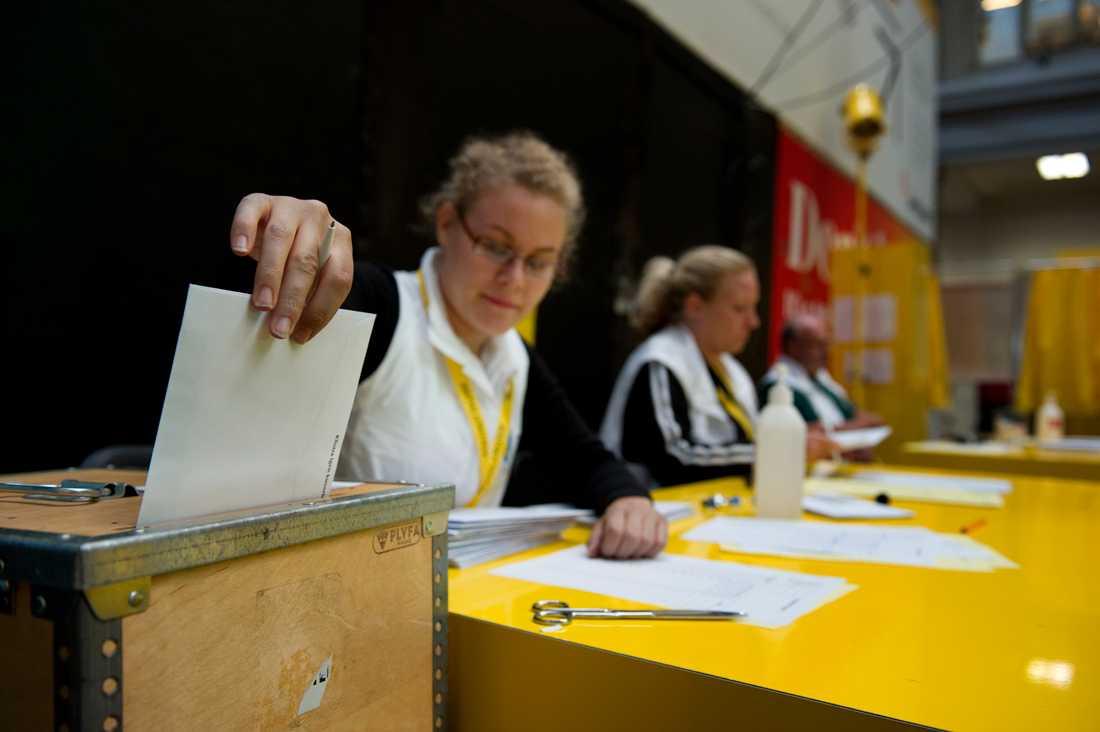 Anna Pettersson tar emot valsedlar vid förtidsröstning på Stockholm central. Arkivbild.
