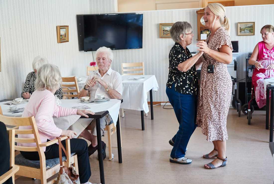 72-åriga Ewa Goswin dansar gärna och blir uppbjuden flera gånger.