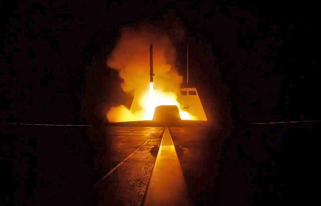 En bild som franska försvarsdepartementet släppt visa en missil som avfyras från ett franska fartyg.