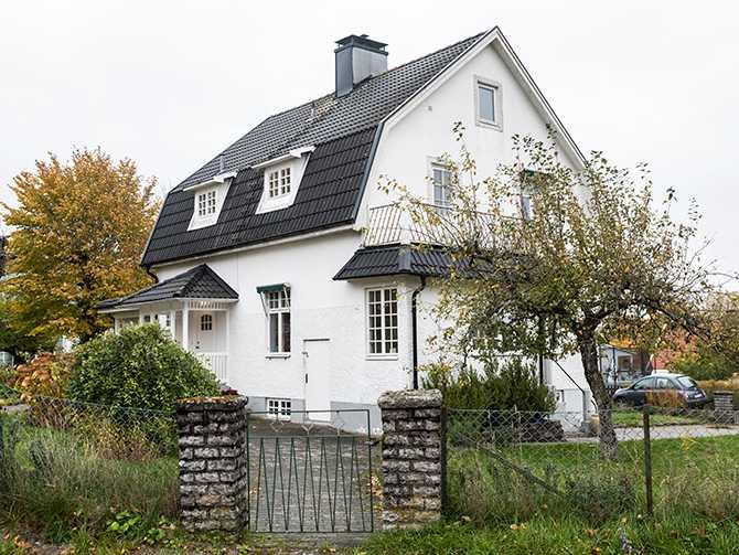 Det vitputsade huset är byggt 1925 och har spröjsade fönster och brutet tak. I framtiden drömmer Lisa om att bygga ett orangeri i den lummiga trädgården.