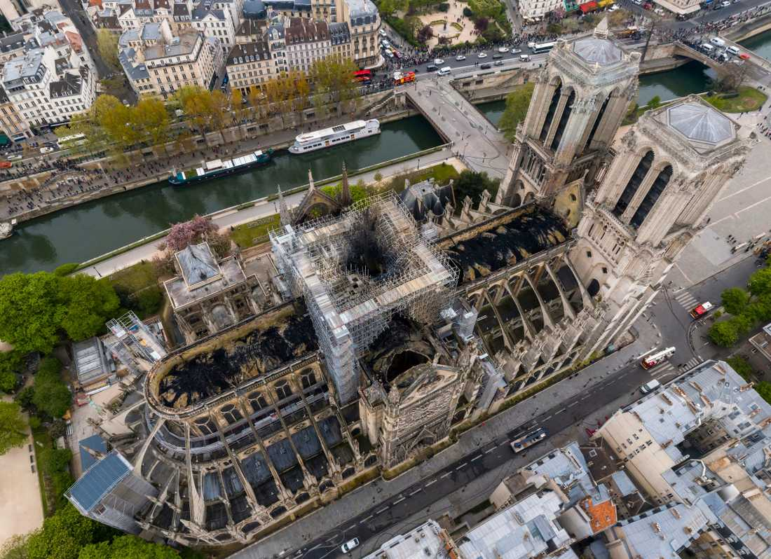 Utbränt Notre-Dame fotat från luften under torsdagen.