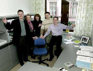 VÄLKOMMEN TILLBAKA Jobbarkompisarna på KPMG har hejat på Magda i skidskyttespåret. Nu får de heja på henne på jobbet. Från vänster: Peter Gotthardsson, Anneli Jonsson, Karin Berglund, Kent Olsson och Magnus Back.