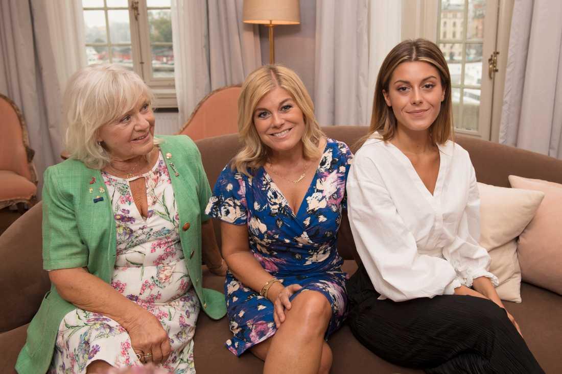 """Christina Schollin, Pernilla Wahlgren och Bianca Ingrosso gör succé med """"Wahlgrens värld""""."""