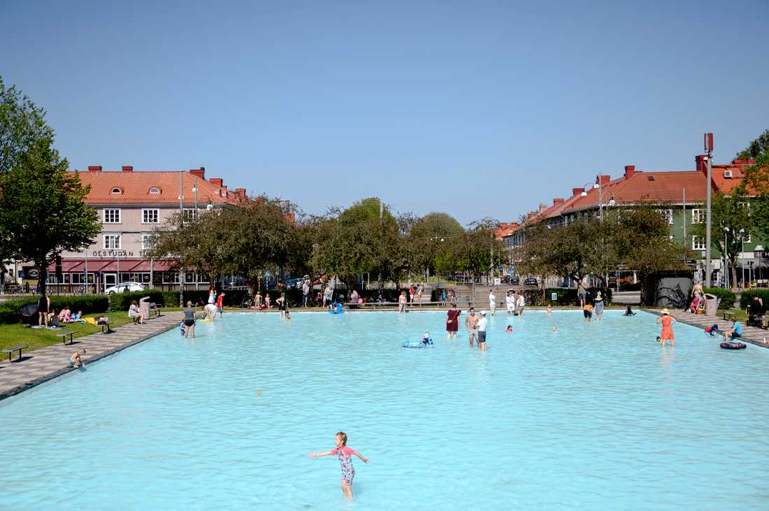 Göteborgarna svalkade sig i plaskdammen i Majorna under fredagen.