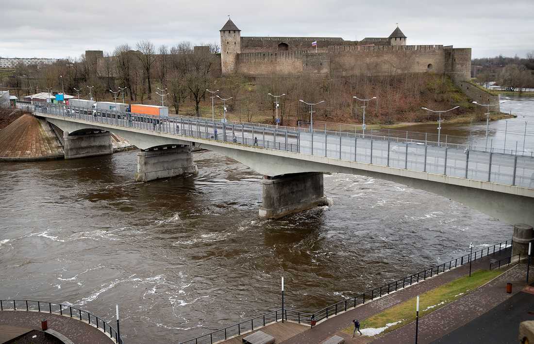 Floden Narva utgör gränsen mellan Estland och Ryssland.