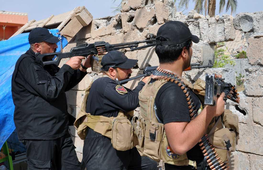 Regeringsstyrkor försöker slå tillbaka Isis-rebellerna i staden Ramadi i Anbar-provinsen.