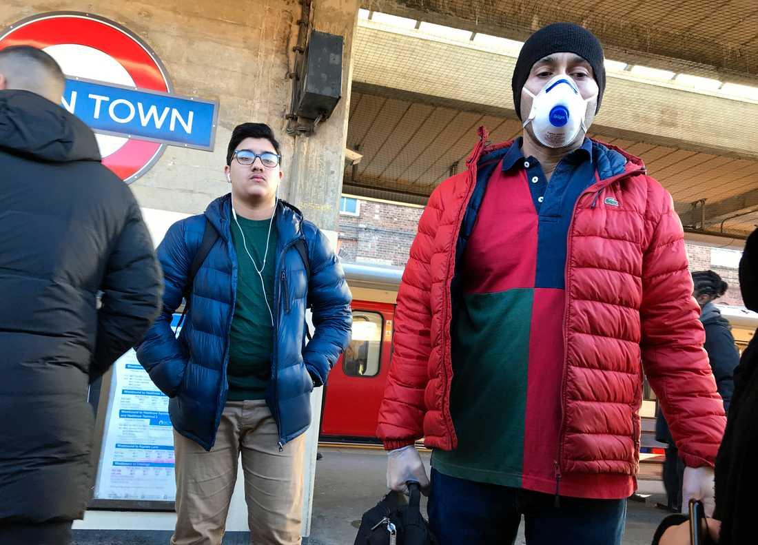 Resenärer med munskydd i tunnelbanan i London i Storbritannien i måndags.