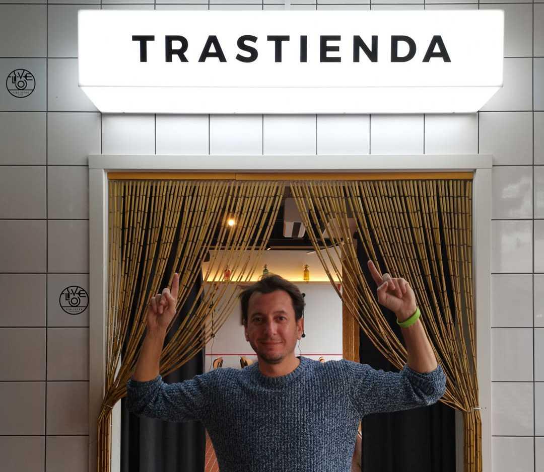 """Jan Badosa, Viblioteks grundare, poserar framför ingången till restaurangens nyutbyggda del """"Trastienda""""."""